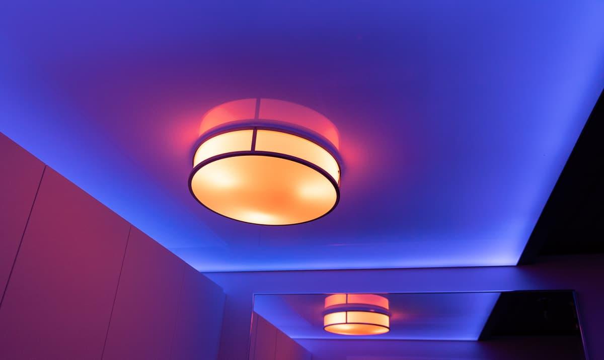 Philips Hue luo mystistä tunnelmaa kylpyhuoneen kiiltävässä strech-reunavalokatossa