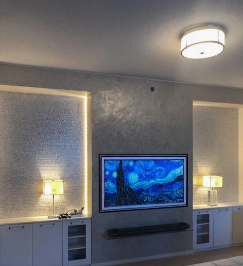 Philips Hue led-valonauhat televisioseinäkkeen molemmin puolin luovat epäsuoraa valoa